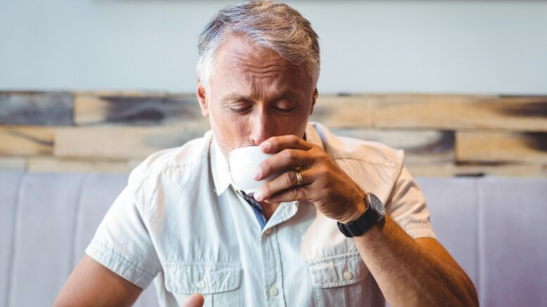 Man som dricker kaffe
